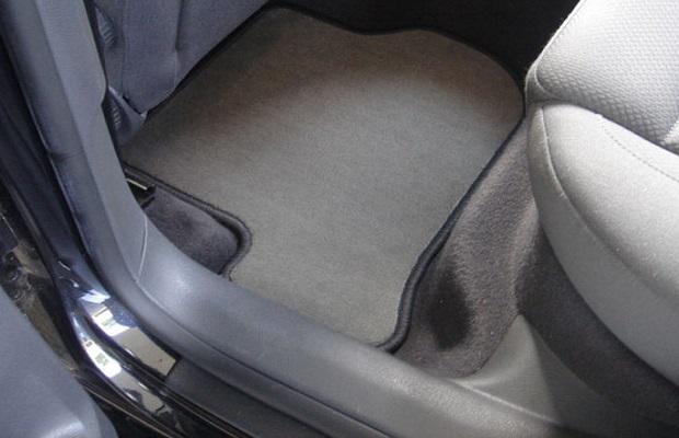 El curioso motivo por el que los automóviles llevan alfombrillas