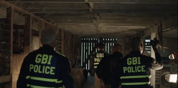 ¿Qué significa las siglas 'GBI' que aparecen en los chalecos de los policías de la serie 'El visitante'?