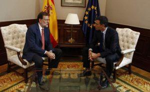 Mariano Rajoy charla con el líder del PSOE, Pedro Sánchez