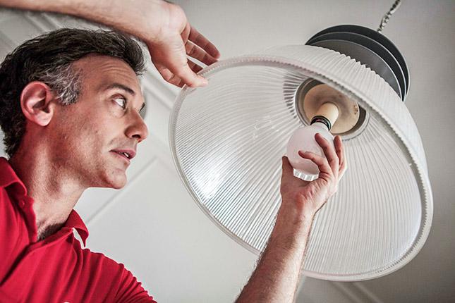 Aprende las claves del consumo responsable para ahorrar en tus facturas de luz y calefacción este otoño e invierno, de mano de los profesionales del hogar de Reparalia, expertos en todo tipo de reparación de averías domésticas