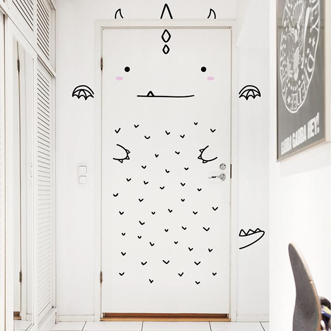 Pegatinas muy molonas que transforman tus puertas y for Como decorar una puerta