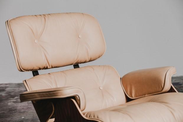 Los profesionales del hogar de Reparalia te muestran el proceso de creación de una silla Eames Lounge Chair & Ottoman paso a paso, una joya del diseño y la decoración del hogar que supera modas y tendencias con su elegancia.