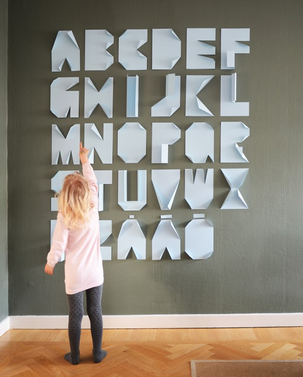 Los expertos reparadores del hogar de Reparalia te traen hoy una idea genial para hacer con niños en fiestas de cumpleaños, decorar con letras y tipografía la pared usando solo folios