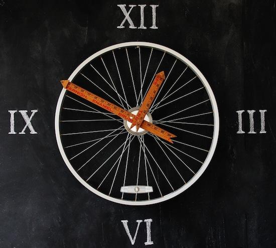 Los técnicos expertos en reparaciones del hogar de Reparalia te traen ideas para decorar tu casa de forma económica y creativa, como este reloj de pared reciclando una rueda de bicicleta