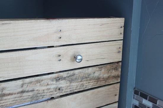 Nuestros expertos en reparación de averías del hogar de Reparalia te muestran hoy un ejercicio para carpinteros aficionados al DIY que quieran mejorar la decoración de su hogar y su baño, con el reciclaje de un palé en estantería decorativa