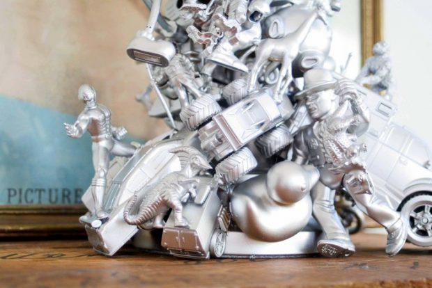 Los profesionales de Reparalia, expertos en reparación de averías y roturas del hogar, te traen esta idea de manualidad DIY para reciclar juguetes de tus hijos y crear una lámpara original, barata y creativa