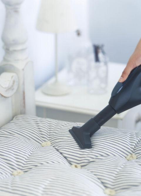 REPARALIA_Trucos_limpieza_higiene_mantenimiento_hogar_casa_ideas_consejos_lavar_sitios_inaccesibles_carriles_aspirador_colchon_cama