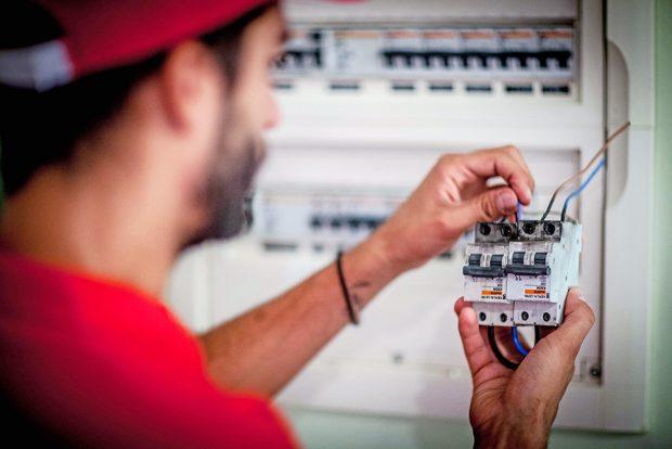 Aprende cómo detectar y reparar averías eléctricas con seguridad, con estos consejos de nuestros electricistas profesionales