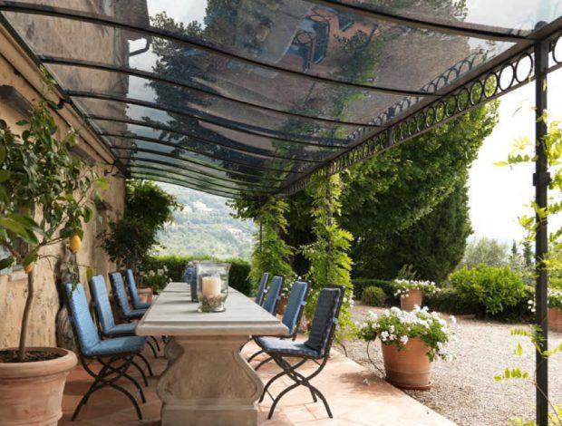 Cómo elegir el material para tu pérgola o toldo de exterior, y proteger tu jardín, terraza o patio del sol en verano, por los profesionales de la instalación y la reparación de HomeServe España.