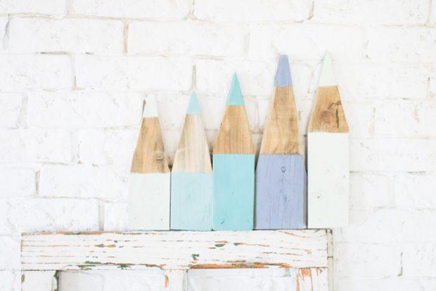 Idea de manualidad do it yourself sobre cómo crear un perchero con forma de lápices de colores para la vuelta al cole de los niños, de los profesionales del hogar de HomeServe España