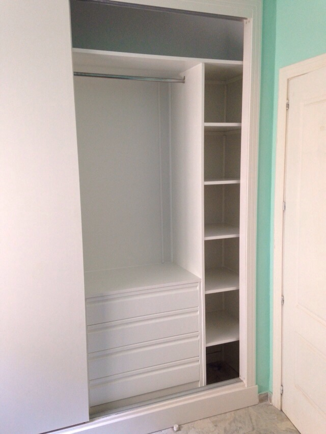 Un hogar con mucho oficio for Distribucion de armarios empotrados por dentro