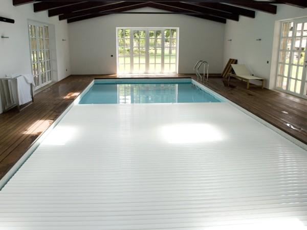 Los expertos en instalación y mantenimiento de piscinas de HomeServe te recomiendan tipos y modelos de lonas y cobertores para proteger la calidad del agua, y de caídas a los niños y a mascotas durante noches y en temporada de invierno