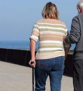 Una mujer con esclerosis, caminando con bastón. (ARCHIVO)