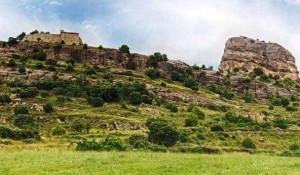 Foto de la iglesia de Nuestra Señora del Tozal, a la izquierda, en el monte con el mismo nombre. (GOOGLE)