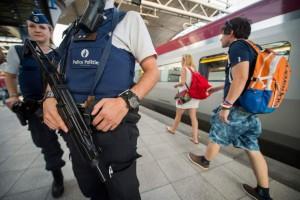 Foto de unos agentes franceses realizando controles ante uno de los trenes Thalys. (EFE)