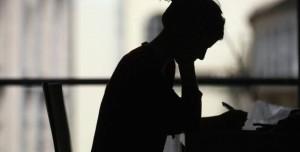 Foto de una joven buscando empleo. (ARCHIVO)