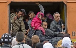 Refugiados en un tren en Macedonia. (EFE)