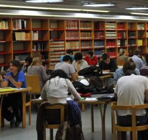 Un grupo de estudiantes universitarios en una biblioteca (Archivo).