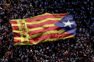 Estelada gigante avanzando por las calles de Barcelona durante la manifestación de la Diada (EFE).