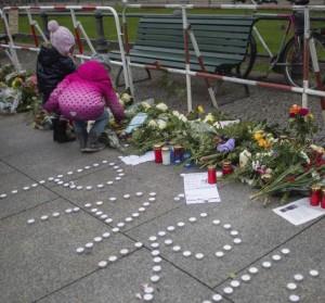 Niños dejando flores y velas en Berlín, delante de la Embajada de Francia en la ciudad (EFE).