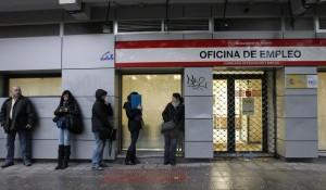 Varios desempleados esperando la apertura de la oficina de empleo (Jorge París).