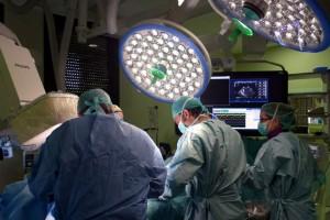 Personal médico durante una intervención quirúrgica.