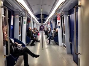 Viajeros en un vagón de metro (Jorge París).