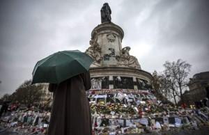 Una persona rinde homenaje a las víctimas de los atentados de París, en la Plaza de la República (Ian Langsdon/EFE).