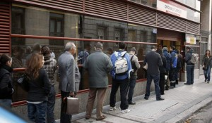 Un grupo de parados haciendo cola en una oficina del INEM (EFE).