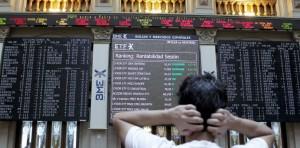 Un agente bursátil observa la evolución de las cotizaciones de la Bolsa de Madrid (EFE).