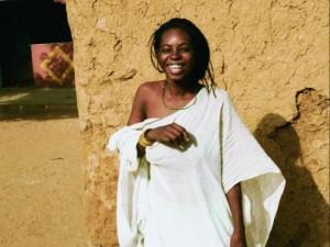 Joven africana sonriendo.