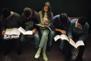 Un grupo de estudiantes leyendo (Forbes).