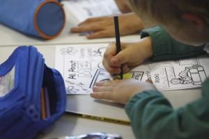 Un niño pintando un dibujo en un colegio de Madrid (Jorge París).