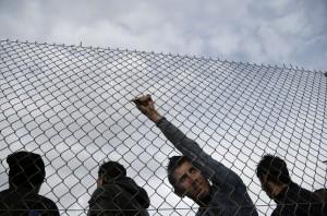 Varios refugiados haciendo cola dentro de las instalaciones del parque olímpico de Atenas (Yannis Kolesidis/EFE).