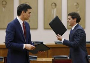 Pedro Sánchez y Albert Rivera durante la firma de un acuerdo de investidura (EFE).