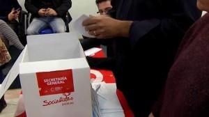 La militancia socialista votando el pacto PSOE-Ciudadanos (Atlas).