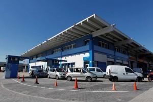 Varios vehículos esperando para pasar la ITV en el centro de inspección de Villaverde (Jorge París).