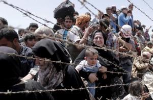Refugiados sirios esperando entrar en Turquía (Sedat Suna/EFE).