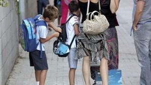 Varios niños en la puerta de un colegio (EFE).