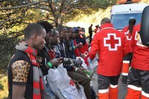 Voluntarios de la Cruz Roja atienden a un grupo de inmigrantes llegados a Ceuta (EP/Cruz Roja).