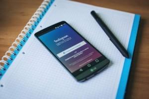 Imagen de un móvil, un cuaderno y un bolígrafo (Archivo).