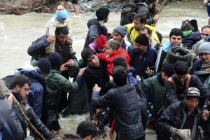 Emigrantes tratando de cruzar la frontera entre Grecia y Macedonia (EFE).