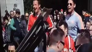 Aficionados del PSV increpando a un grupo de mujeres que pedían limosna en la Plaza Mayor madrileña (Twitter: Miquel_R)