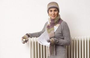 Una mujer regulando la calefacción (Gtres).