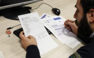 Una persona rellena un formulario de la Declaración de la Renta (Jorge París).