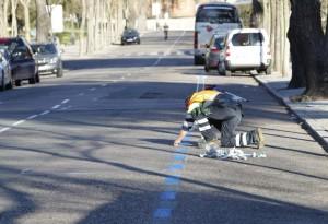 Un operario pintando una zona azul en Madrid (Jorge París).