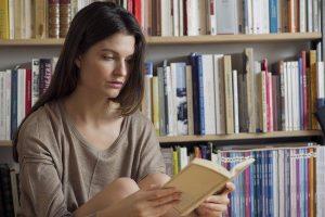Una chica leyendo un libro (Gtres).