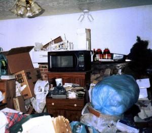 Acumulación de basura en casa de un enfermo de Síndrome de Diógenes (Wikipedia).