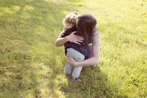 Una madre abrazando a su hija (Gtres).