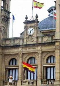 La bandera republicana ondeando en el Ayuntamiento de San Sebastián (Juan Herrero/EFE).
